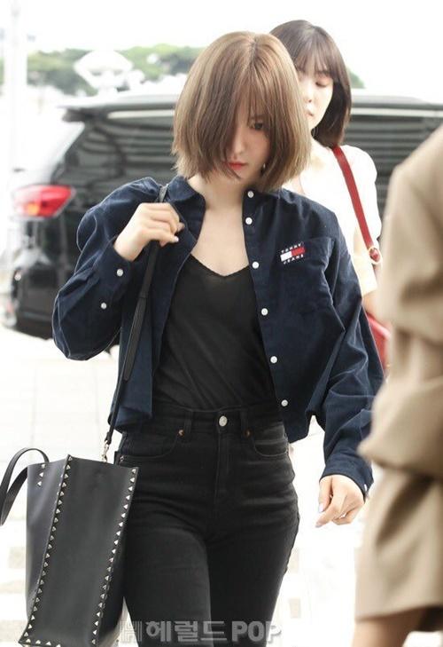 Wendy thích những chiếc túi oversize rộng rãi.