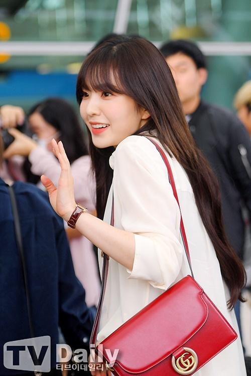 Red Velvet lên đường sang Indonesia để tham gia fanmeeting. Irene để tóc mái, xinh đẹp lộng lẫy khi ra sân bay. Cô nàng đeo túi Gucci đắt đỏ.