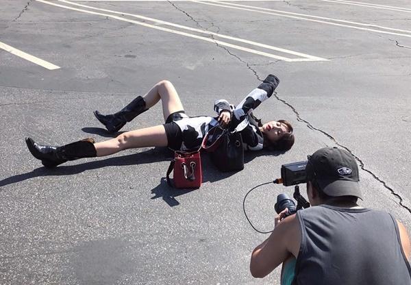 Hyuna thể hiện tinh thần chuyên nghiệp khi nằm ra giữa đường tạo dáng.