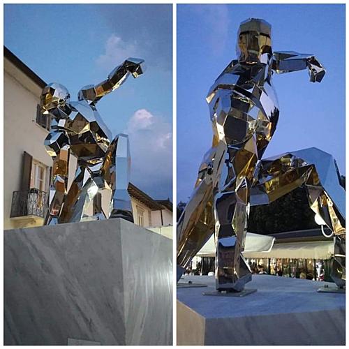 Bức tượng được điêu khắc bởi Daniele Basso cho triển lãm nghệ thuật Oltre Verso khai mạc hôm 9/8.
