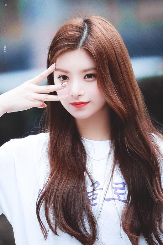 EVERGLOW là một trong những tân bình đáng chú ý năm 2019. Trên diễn đàn Instiz, netizen Hàn đánh giá cao nhan sắc của Wang Yi Ren, cho rằng cô là thành viên nổi bật nhất nhóm.