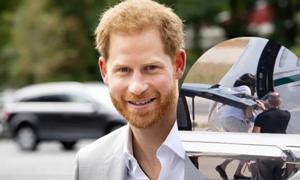 Hoàng tử Harry đi máy bay riêng để 'đảm bảo an toàn'