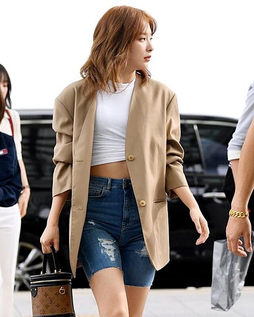 Ngoài Jennie, Seul Gi cũng là idol yêu thích những chiếc quần đạp xe không kém. Thành viên Red Velvet mới đây đã khoe outfit sân bay thời thượng với croptop, quần xe đạp jeans rách