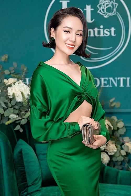 Ca sĩ Phương Linh diện đầm khoét eo gợi cảm.