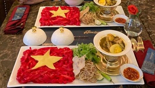 Món mì quảng trang trí thành hình quốc kỳ Việt Nam.