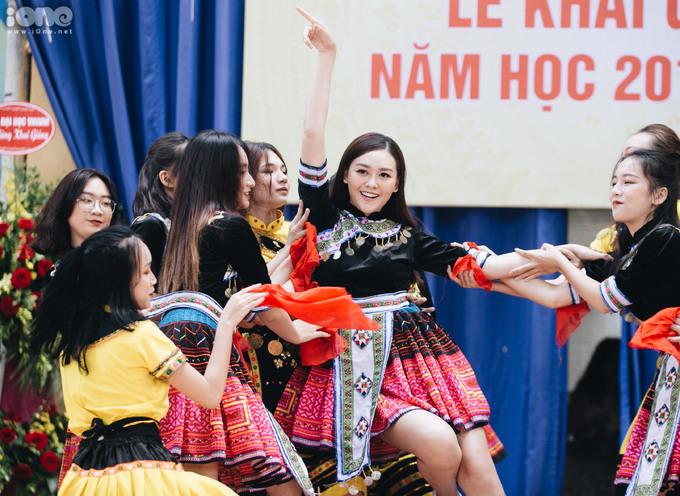 <p> Trong phần văn nghệ mở màn lễ khai giảng, Tường San bất ngờ xuất hiện cùng nhóm nhảy, biểu diễn cực sung trong giai điệu <em>Để Mị nói cho mà nghe.</em></p>