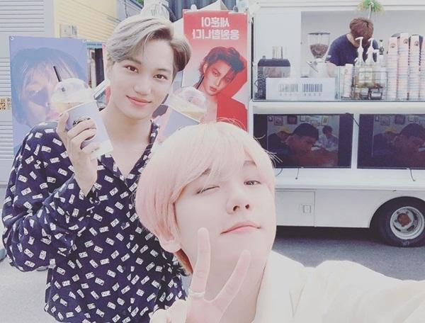 Baek Hyun và Kai vui mừng khi nhận được xe đồ uống do em út Se Hun gửi tặng.