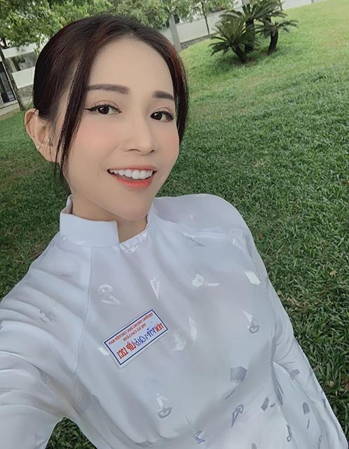 Khả Như xin một vé về tuổi thơ với bức ảnh áo dài trắng thơ ngây.