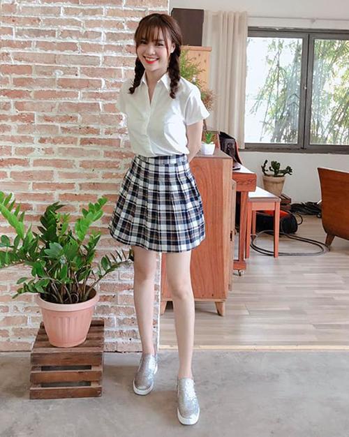 Lan Ngọc cũng khoe hình diện đồng phục nữ sinh hưởng ứng không khí ngày khai giảng năm học mới.