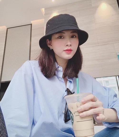 Giống như cô bạn bằng tuổi Phạm Hương, Thu Thảo cũng ăn gian tuổi thật bằng màu sắc. Tuy nhiên gam màu giúp Hoa hậu Việt Nam 2014 tươi tắn hơn là tông xanh pastel, xanh biển.