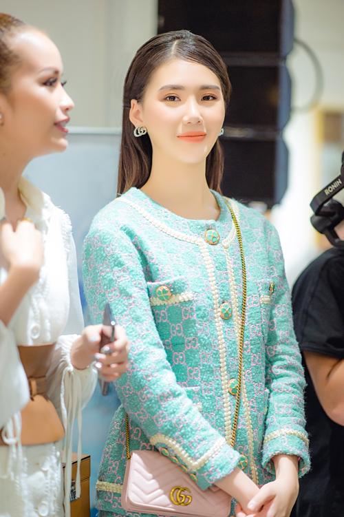 Quỳnh Hoamix bộ trang phục sang trọng cùng túiGucci giá 1.000 USD (khoảng 23 triệu đồng) và khuyên tai hàng hiệu. Bộ cánh kín đáo, lịch thiệp nhưng vẫn tôn lên nétquyến rũ của Quỳnh Hoa.