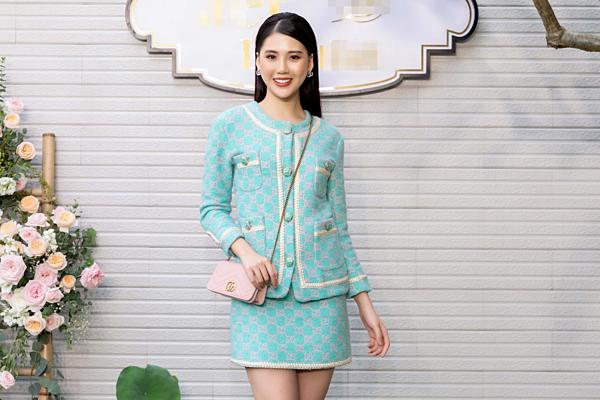 Tối 4/9, siêu mẫuBùi Quỳnh Hoatham dự một sự kiện khai trương ở Hà Nội với tư cách khách mời. Cô diệnbộ cánh chất liệu vải tweed nằm trong BST mới nhất của Gucci có giá 5.500 USD (khoảng 130 triệu đồng).