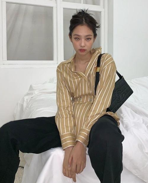 Jennie lên đồ đẹp nhưng ngồi ỉu xìu trên giường vì tâm trạng ngày mưa.
