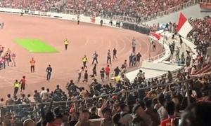 CĐV Malaysia bị khán giả Indonesia truy đuổi
