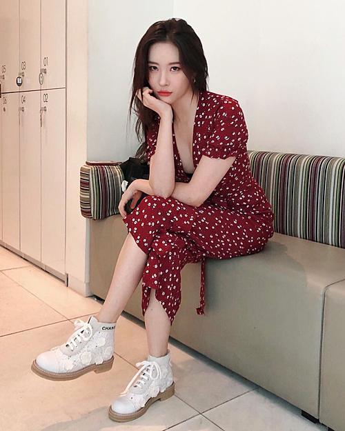 Bộ jumpsuit full họa tiết hoa không làm Sun Mi sến hay dừ, mà ngược lại giúp cô thêm dịu dàng, nữ tính.
