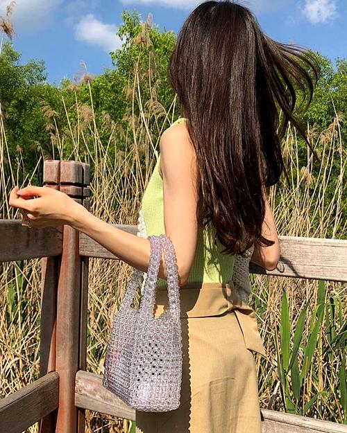 Chất liệu mềm mại giúp túi đựng được khá nhiều đồ đạc, không bị cồng kềnh khi di chuyển, cũng không thấm nước nên hợp với những chuyến du lịch.