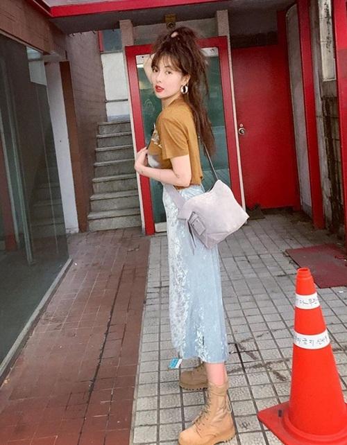 Hyuna kết hợp áo phông và chân váy