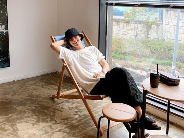 J-Hope thảnh thơi ngồi cà phê.