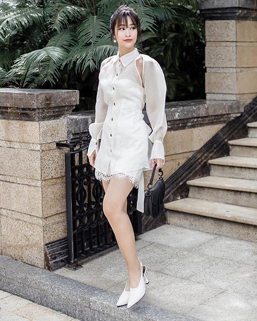 Đông Nhi sang trọng khi diện cả set váy màu trắng, tôn lên vẻ ngoài trẻ trung.