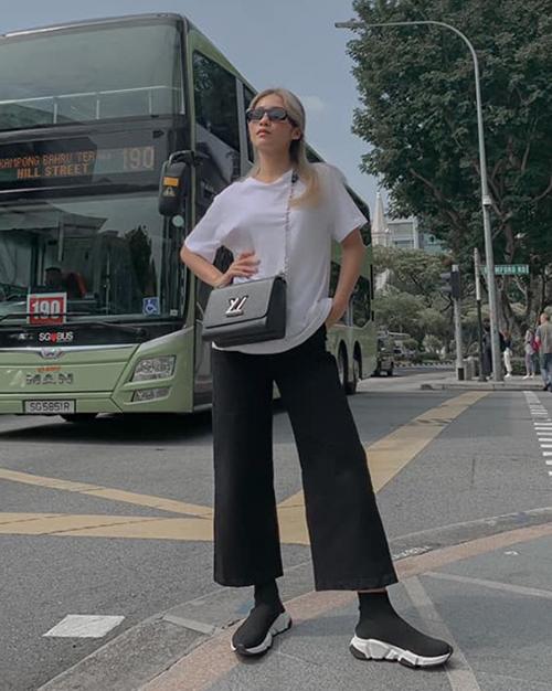 T-shirt trắng được Khả Ngân kết hợp cùng quần ống rộng và giày Balenciaga tạo nên set đồ cá tính.