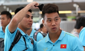 Tuyển Việt Nam đùa vui ở sân bay khi về nước