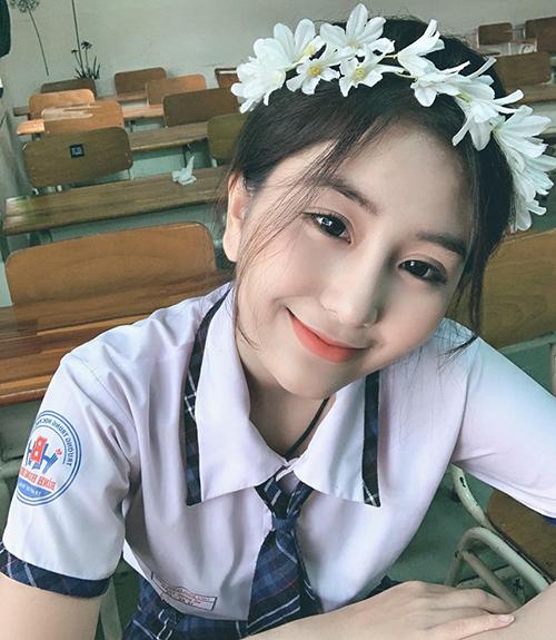 Hot girl sinh năm 2001 có hơn 500 nghìn người theo dõi Võ Ngọc Trân rất chú trọng đến kẻ lông mày, tô son khi đi học.