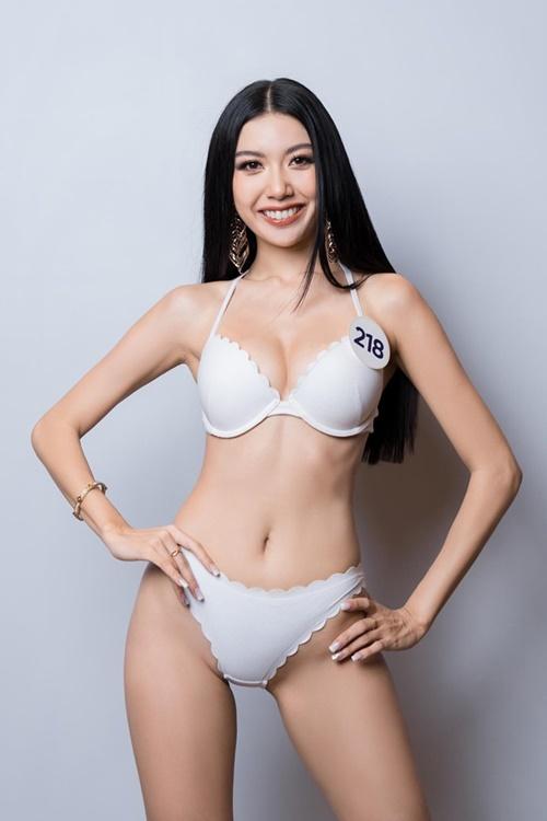 Á hậu Thúy Vân diện bikini họa tiết bỏ sò. Cô cao 1,73 m. Vóc dáng của người đẹp sinh năm 1993 cân đối nhưng chưa thực sự săn chắc.