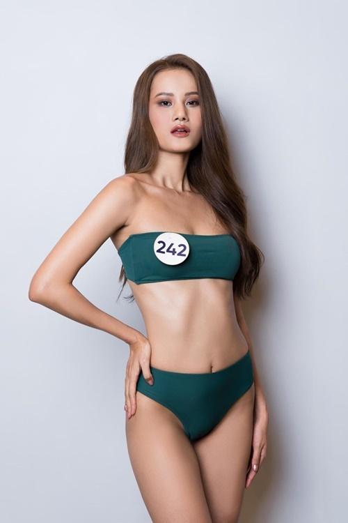 Quán quân Vietnams Next Top Model 2015 - Hương Ly - chọn bikini gam màu xanh. Cô có vòng eo 57 cm.