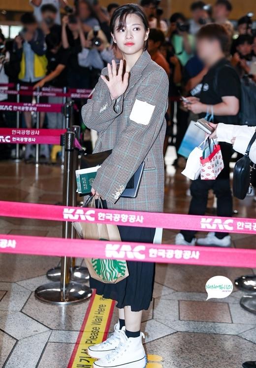 Jeong Yeon mix áo blazer của Off-White với chân váy dài.
