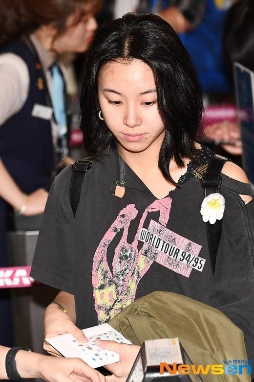 Em út Twice Chae Young có gu thời trang độc đáo.