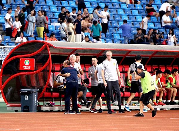 HLV Park Hang-seo (áo xanh) ôm ông Hiddink sau trận đấu. Ảnh: VFF