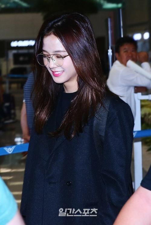 Jennie được khen đẹp với mọi phong cách khi ra sân bay - 2