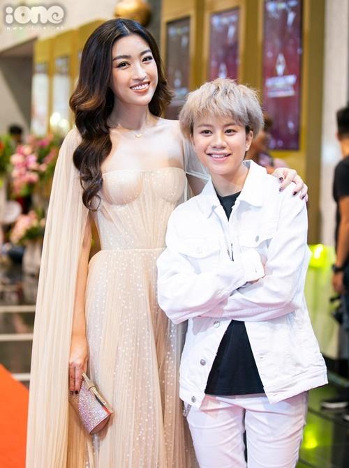 Bảo Hân được đề cử ở giải Diễn viên nữ ấn tượng.Cô tạo dáng nhí nhảnh bên hoa hậu Đỗ Mỹ Linh.