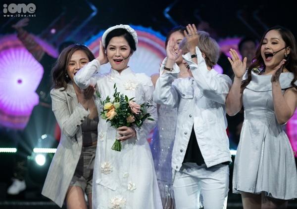 Tại VTV Awards, cô Hạnh đã được tổ chức đám cưới với bố Sơn.