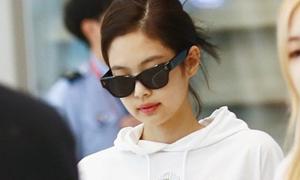 Jennie diện croptop khoe eo ở sân bay