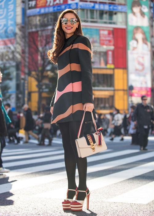 Khi diện quần tất đen dày, đôi chân cũng dễ bị chia khúc nếu kết hợp cùng giày màu sắc đối lập hoàn toàn như Hà Hồ.