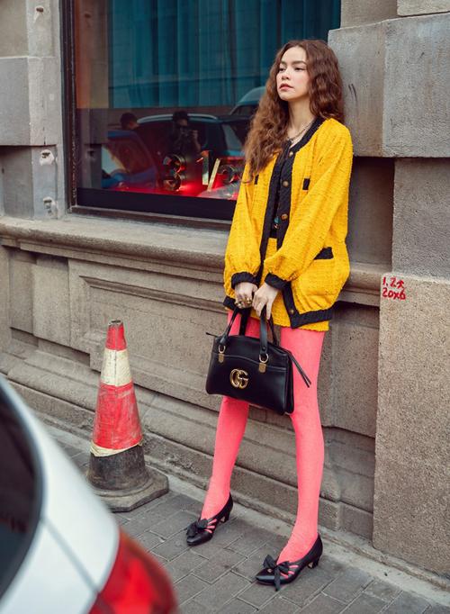 Quần tất màu neon không phải là món đồ dễ chinh phục. Nó dễ làm trang phục trở nên lòe loẹt, lỗi mốt, đôi chân trông ngắn hơn. Tuy nhiên đây vẫn là item được Hà Hồ thường xuyên diện.
