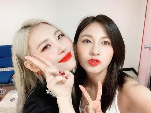Ha Young (phải) thân thiết với đàn chị Sun Mi khi cùng quảng bá ca khúc mới ở show âm nhạc.