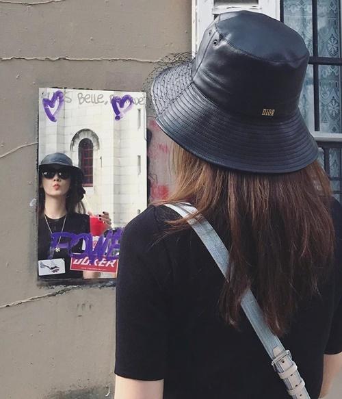 Yoona diện đồ đen ra phố, tinh nghịch chu môi pose hình qua gương.