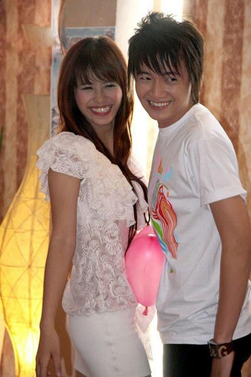 Đông Nhi và Ngô Kiến Huy là đôi bạn thân nổi tiếng. Cả hai cùng sinh năm 1988 và gia nhập showbiz từ khá sớm. Đông Nhi lần đầu ra mắt công chúng vào năm 2007 với ca khúc Chàng baby milo còn Ngô Kiến Huy vào làng giải trí từ năm 2004. Hiện, cả hai vẫn thân thiết, gắn bó.