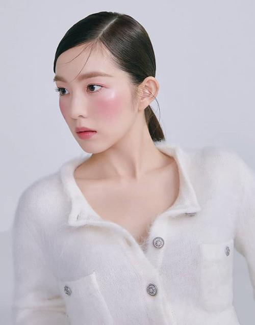 Thay vì làm đẹp với mái tóc phồng bồng bềnh giúp gương mặt trông nhỏ hơn, thì các sao Hàn dưới đây lại