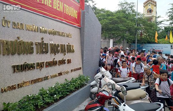 Nhiều phụ huynh đến đón học sinh.