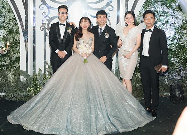 Vợ chồng Khánh Thi - Phan Hiển chụp hình cùng cô dâu, chú rể và đại gia Minh Nhựa.