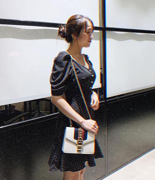 Chiếc Gucci Sylvie giá 2.400 USD (khoảng 55 triệu đồng) được rất nhiều tín đồ thời trang yêu thích. Con gái Minh Nhựa cũng sắm một chiếc để kết hợp cùng váy áo tiểu thư.