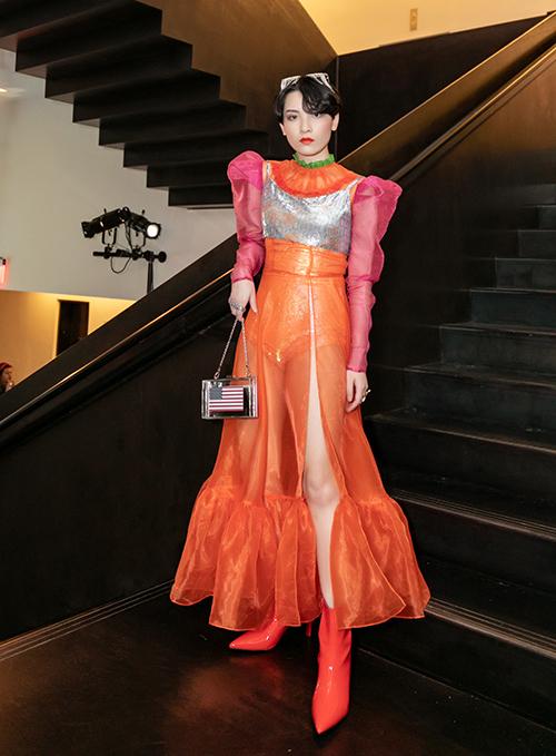 Với tư cách là người chiến thắng của cuộc thi Cuộc chiến Spotlight hồi đầu năm, Hồng Xuân (Morr Trần) được mời tham dự New York Fashion Week. Trong lần đầu tiên sang kinh đô thời trang thế giới, cô nàng đẹp trai không diện đồ kiểu unisex như thường lệ mà chuyển sang style độc đáo.