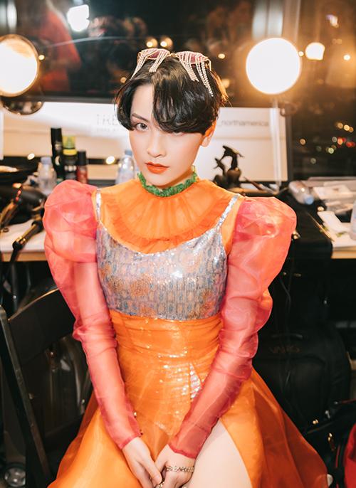 Hot girl có hơn 140 nghìn người theo dõi trên Facebook muốn mang đến hình ảnh đậm chất Á Đông ở New York Fashion Week. Cô cho biết khá lo lắng và hồi hộp trong trải nghiệm lần này. Diện mạo này giúp cô thay đổi hoàn toàn so với những lần xuất hiện trước đó trong các MV như Màu nước mắt,Màu nước mắt (Nguyễn Trần Trung Quân), Em không thể (Tiên Tiên), Yêu đơn phương (Karik ft OnlyC)