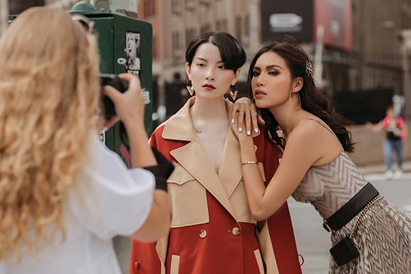 Hai thầy trò rủ nhau tạo dáng trên đường phố, thể hiện tính nữ quyền thông qua trang phục.