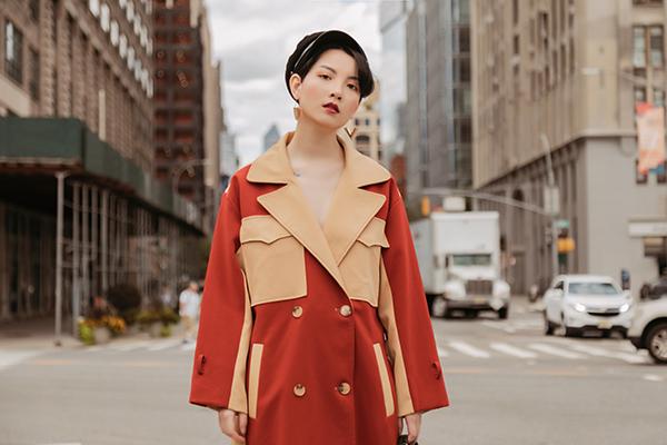 Cũng như thời trang dự show, street style của Hồng Xuân trên đường phố ngập tràn màu sắc nổi bật kiểu Á Đông.