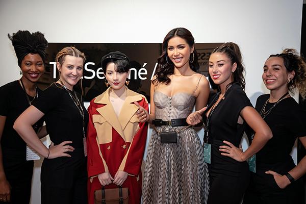 Trong lần đầu dự New York Fashion Week, Hồng Xuân được đi cùng thầy Minh Tú. Siêu mẫu chính là người đã đồng hành giúp cô chiến thắng ở Cuộc chiến spotlight.Chia sẻ về chuyến đi này, Minh Tú cho biết: