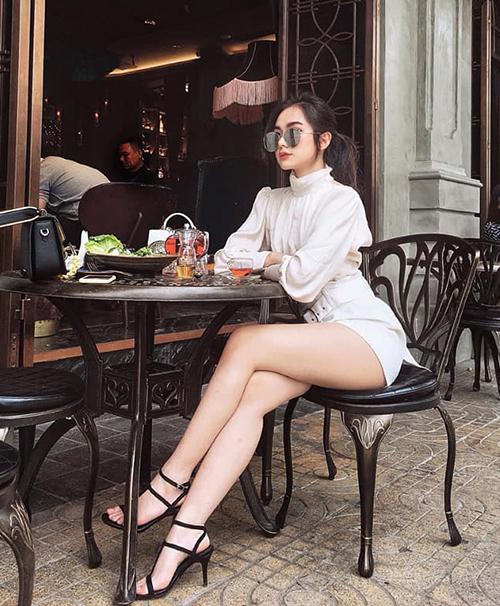 Không có đôi chân quá dài nhưng Thiên Trang lại sở hữu hình thể cân đối, vòng một đầy đặn, hông nở.